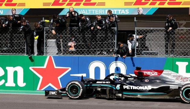 Britský pilot Mercedesu Lewis Hamilton vyhrál Velkou cenu Portugalska formule 1 před Maxem Verstappenem a zvýšil náskok v čele MS na sedm bodů.