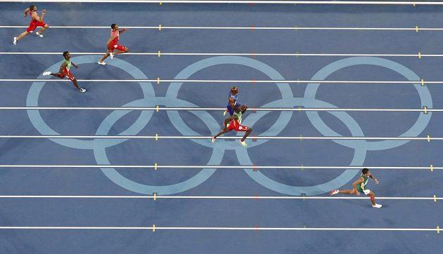 Jihoafričan Wayde van Niekerk (vpravo) těsně před cílem finálového závodu na 400 metrů.