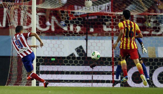 David Villa (vlevo) střílí gól do sítě svých bývalých spoluhráčů z Barcelony.