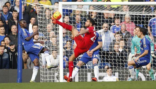 Liverpoolský Emre Can v akrobatické pozici u branky Chelsea.