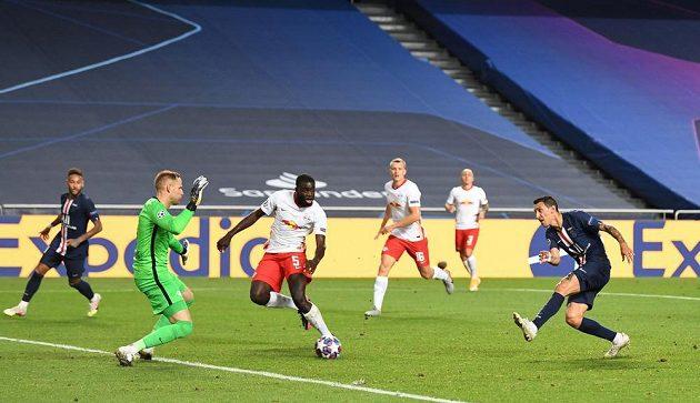 Ángel di María (vpravo) dává druhý gól PSG proti Lipsku po přihrávce od Neymara (vlevo).