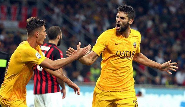 Fotbalista AS Řím Federico Fazio (vpravo) sice slaví gól svého týmu na hřišti AC Milán, nakonec ale na San Siru prohrál 1:2.