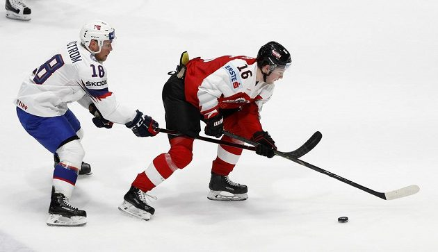 Norský hokejista Tobias Lindström se snaží zastavit Rakušana Dominika Zwergera v utkání mistrovství světa.