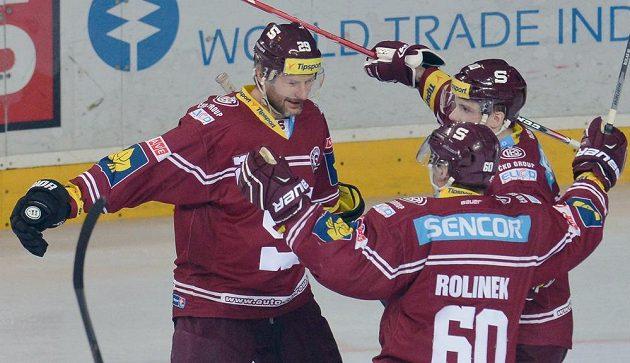 Karel Pilař (vlevo) oslavuje se spoluhráči ze Sparty Tomášem Rolinkem a Martinem Réwayem gól v síti Třince.