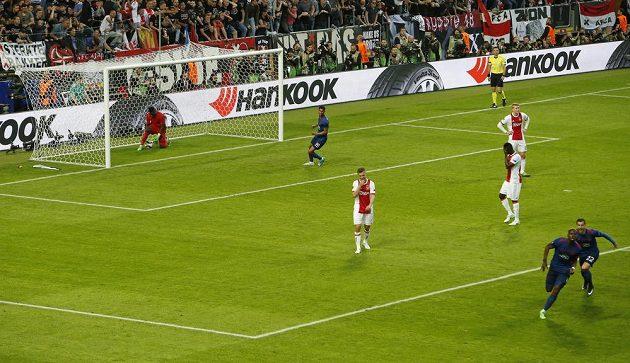 Hráči Manchesteru United se radují, zatímco fotbalisté Ajaxu po první inkasované brance smutní.