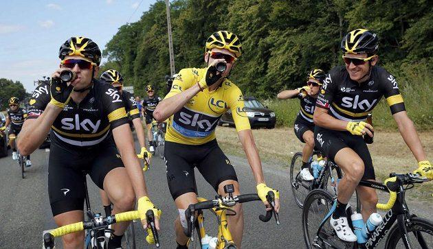 Tým Sky slavil během posolední etapy triumf svého lídra Chrise Frooma (uprostřed) na Tour de France i malým pivem.