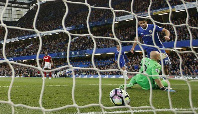Kanonýr Chelsea Diego Costa střílí gól do sítě Middlesbrough v utkání Premier League. Chelsea bojuje o titul a pokud vyhrajem, opět se přiblíží vítězství v lize.