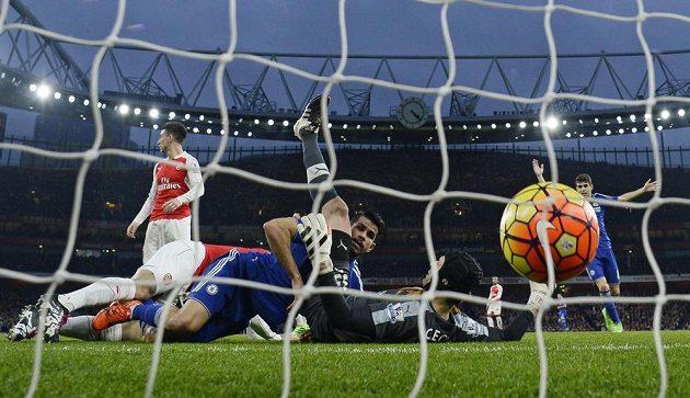 Diego Costa právě překonává Petra Čecha.