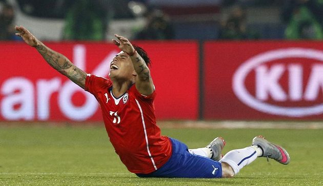 Chilský útočník Eduardo Vargas se raduje z báječné trefy, která jeho týmu zajistila finálovou účast na Copa América.