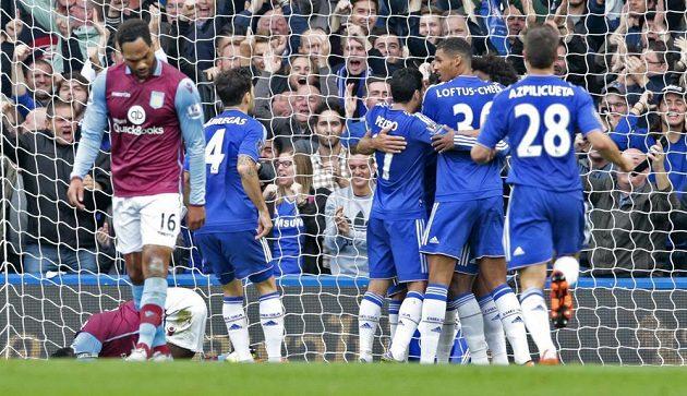 Fotbalisté Chelsea oslavují gól proti Aston Ville.