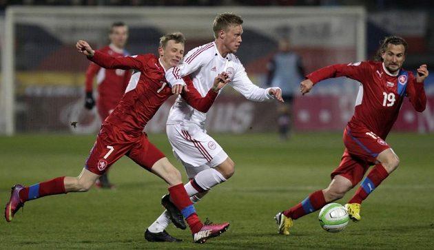 Ladislav Krejčí (vlevo) se snaží zastavit Nocilaie Jörgensena z Dánska. Vpravo situaci sleduje Petr Jiráček.