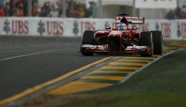 Španěl Fernando Alonso z Ferrari na okruhu v Albert Parku v australském Melbourne.