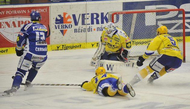 Zleva Leoš Čermák z Brna a Zlínští Aleš Holík, brankář Libor Kašík a Tomáš Žižka ve čtvrtém čtvrtfinále.