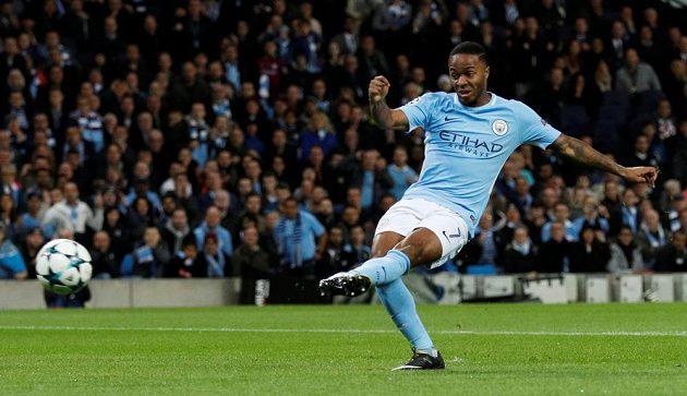 Raheem Sterling střílí první gól Manchesteru City v souboji s Neapolí.