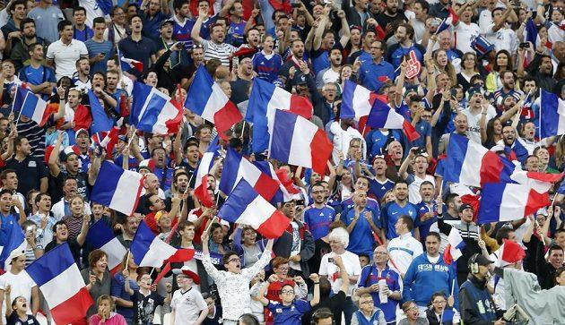 Francouzští fanoušci na Stade Vélodrome v Marseille.