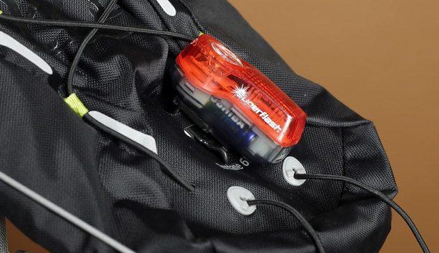 Osvětlení připevněné na batoh.