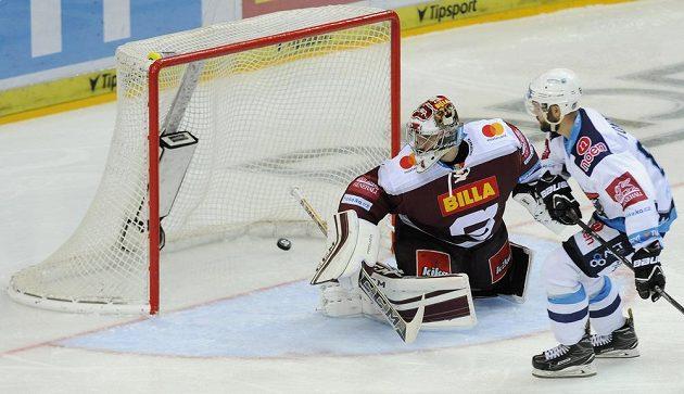Brankář Sparty David Honzík inkasuje druhý gól od Michala Vondrky z Chomutova.