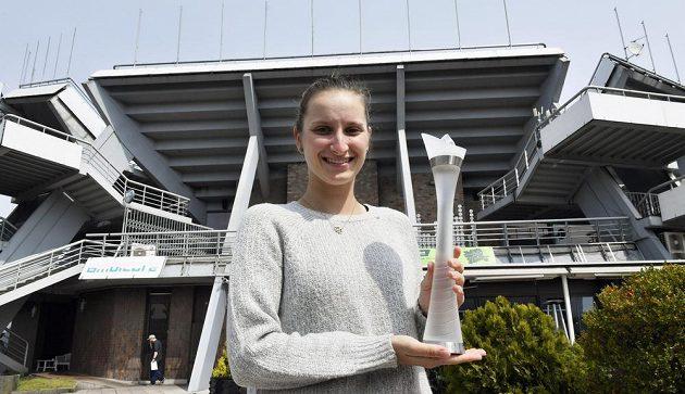 Tenistka Markéta Vondroušová, vítězka turnaje WTA v Bielu a fedcupová reprezentantka, pózuje s trofejí z turnaje WTA.