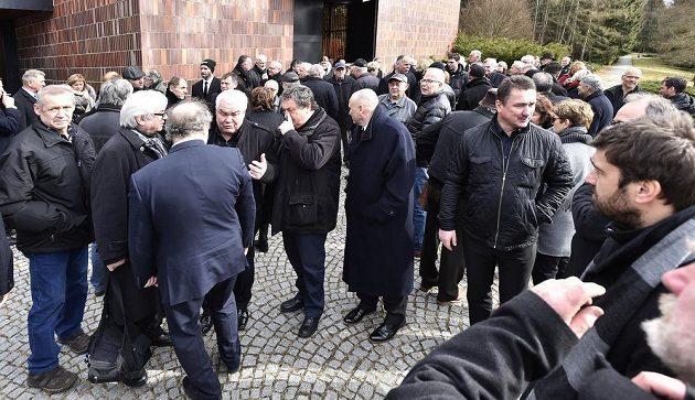 Zhruba pět stovek lidí se přišlo v Jihlavě rozloučit s hokejovou legendou Josefem Augustou.