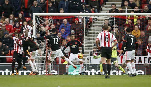 Lamine Kóne střílí vítězný gól Sunderlandu v zápase anglické Premier League proti Manchesteru United.