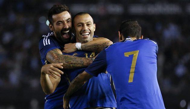 Javier Mascherano (uprostřed) a jeho spoluhráči Ezequiel Lavezzi s Ángelem Di Maríou (7) se radují z gólu argentinského defenzivního záložníka v přípravě s Trinidadem a Tobagem.