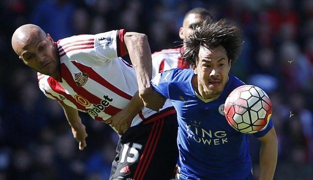 Šindnži Okazaki z Leicesteru (vpravo) v souboji o balón s Younesem Kaboulem ze Sunderlandu.