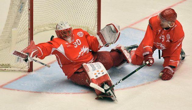 Zleva brankář Šimon Hrubec a Martin Adamský z Třince při utkání LM s Brynäs.