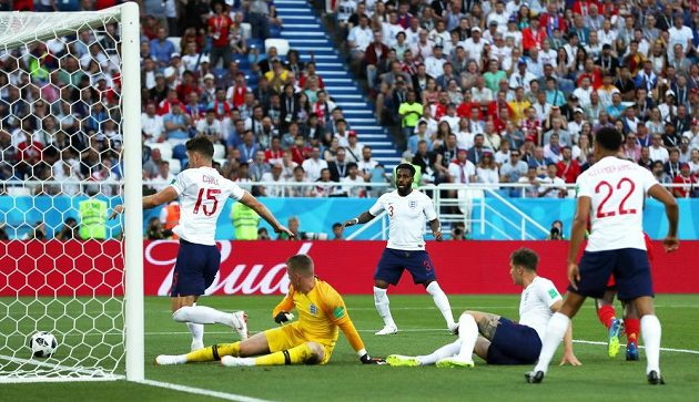 Angličan Gary Cahill vykopává míč z brankové čáry během duelu s Belgií.