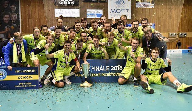 Florbalisté Vítkovic se radují z vítězství a zisku poháru.