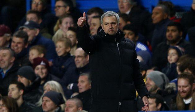 Jsi jednička! Kouč Chelsea José Mourinho ocenil výkon útočníka Samuela Eto'a, který hattrickem sestřelil Manchester United.