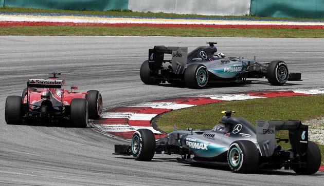 Tři největší favorité závodu. V této fázi závodu na okruhu v Sepangu se v čele drží Hamilton, stíhá ho Vettel, třetí je Rosberg.