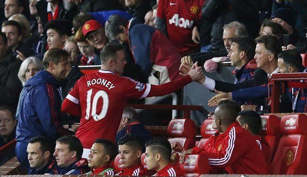 Wayne Rooney podává ruku kouči Manchesteru United Louisi van Gaalovi poté, co byl vystřídán v utkání s WBA.