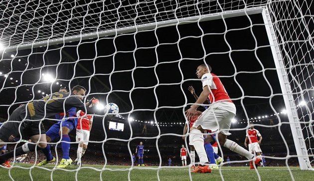Brankář Arsenalu David Ospina chyboval v utkání proti Olympiakosu Pireus a soupeři pomohl ke snadnému gólu.