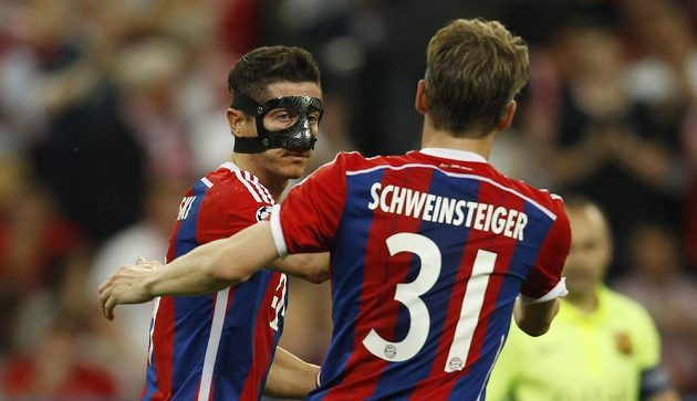 Robert Lewandowski právě vyrovnal na 2:2, gratuluje mu spoluhráč z Bayernu Bastian Schweinsteiger.