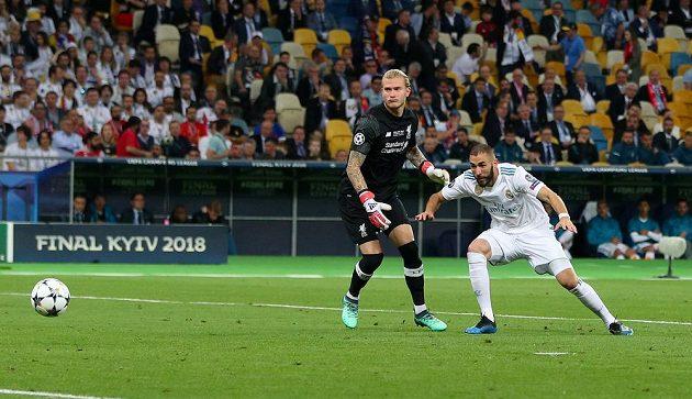 Karim Benzema z Realu testá hrubou chybu Lorise Kariuse ve finále Ligy mistrů.