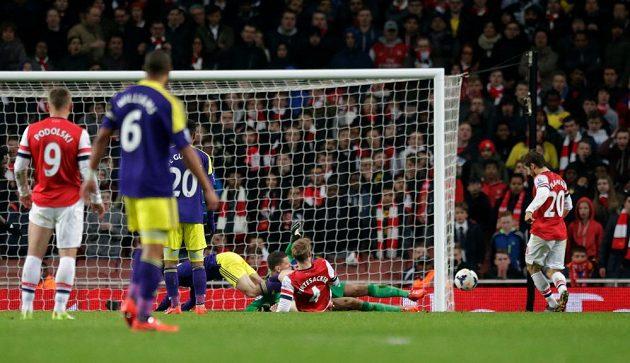 Záložník Arsenalu Mathieu Flamini (vpravo) si dává vlastní gól v utkání se Swansea.