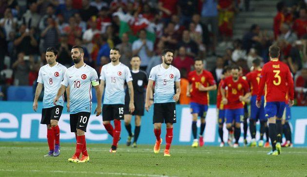 Zklamaní Turci po druhém gólu od Španěla Álvara Moraty.
