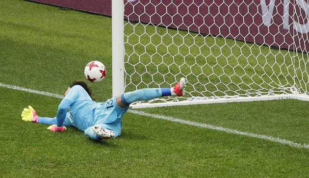 Mexický brankář Guillermo Ochoa první penaltu, kterou v 16. minutě kopal Adrian Silva, vyrazil.