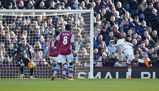 Útočník Liverpoolu Daniel Sturridge střílí gól do sítě Aston Villy v 26. kole anglické Premier League.
