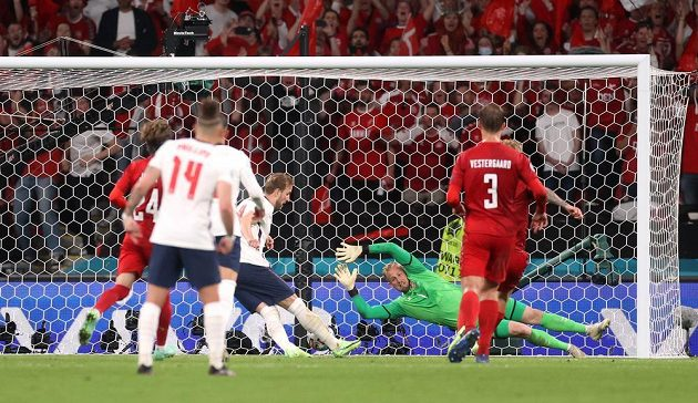 Anglický kanonýr Harry Kane po neproměněné penaltě doráží míč do sítě, Albion vítězí 2:1.