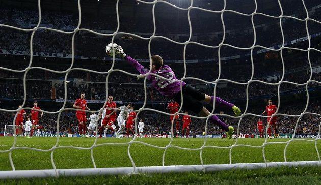 Liverpoolský brankář Simon Mignolet při jednom ze zákroků proti Realu Madrid ve 4. kole Ligy mistrů.