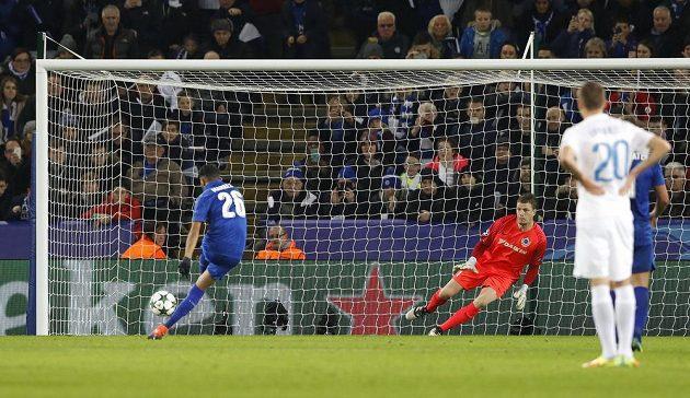 Útočník Leicesteru Rijád Mahríz proměňuje pokutový kop proti Bruggám.