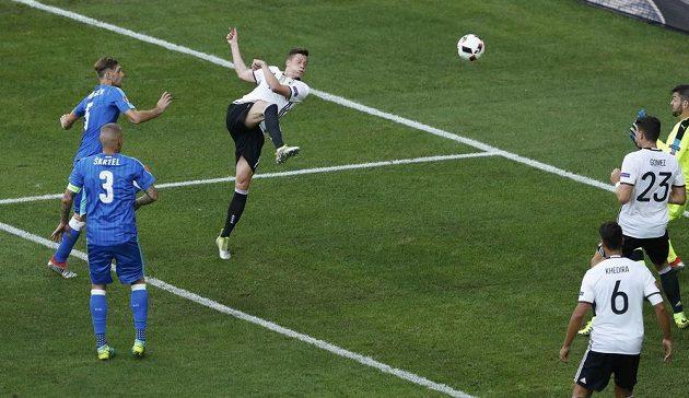 Julian Draxler přidává třetí gól Německa do sítě Slovenska.