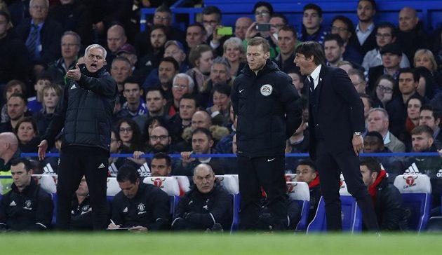 Začátek slovní přestřelky mezi José Mourinhem (vlevo) a Antoniem Contem při čtvrtfinále FA Cupu.