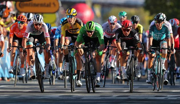 Těsný dojezd 11. etapy Tour: v první linii zleva Slovák Peter Sagan, Belgičan Wout Van Aert, v zeleném Ir Sam Bennett a vítězný Caleb Ewan z Austrálie.