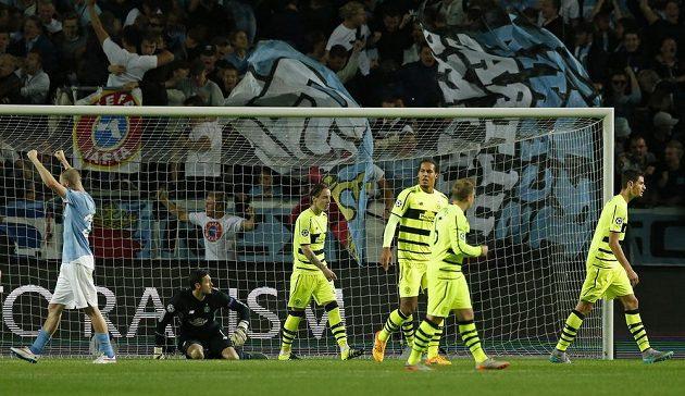 Fotbalisté Malmö se radují z postupu do Ligy mistrů poté, co si obránce Celtiku Dedryck Boyata (není na snímku) vstřelil vlastní gól.