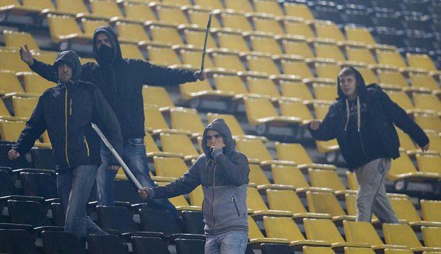 Fanoušci Dortmundu provokují příznivce Galatasaraye v utkání Ligy mistrů.