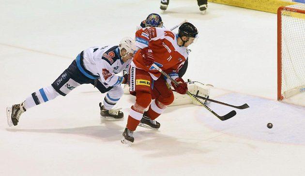 Jakub Herman střílí druhý gól Olomouce, nezabránil mu v tom ani obránce Alex Rašner, ani brankář Chomutova Ján Laco.
