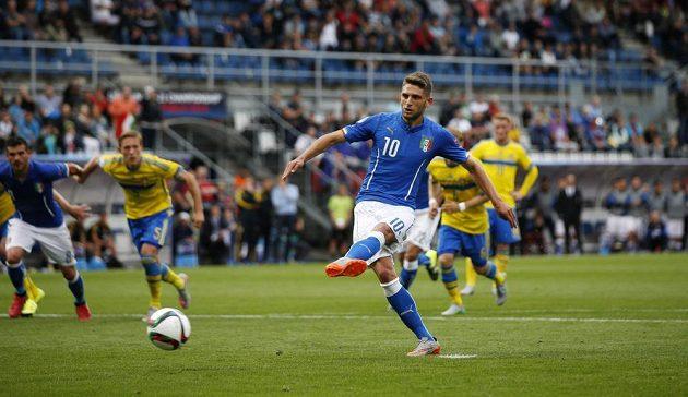 Italský záložník Domenico Berardi proměňuje penaltu v zápase proti Švédsku.