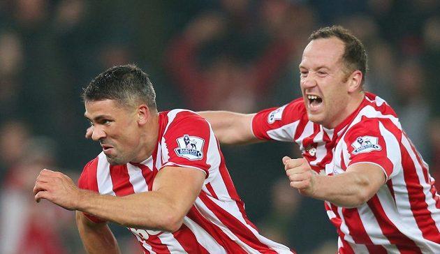 Jonathan Walters (vlevo) oslavuje svoji trefu proti Chelsea. Blahopřát mu běží spoluhráč ze Stoke Charlie Adam.